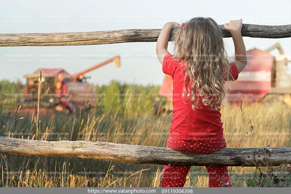 عکس کودک ومزرعه