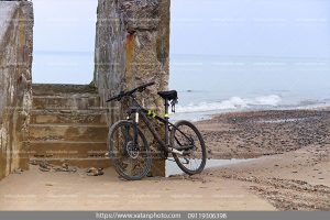 عکس دوچرخه در ساحل ابری