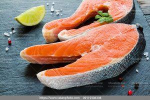 دانلود عکس دو تکه ماهی سالمون گرم آبی