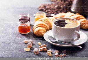 عکس میز صبحانه با قهوه و نان